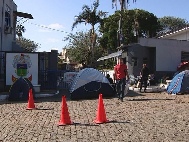 Piquetes impedem saída de quartel da Brigada Militar em Porto Alegre (Foto: Reprodução/RBS TV)