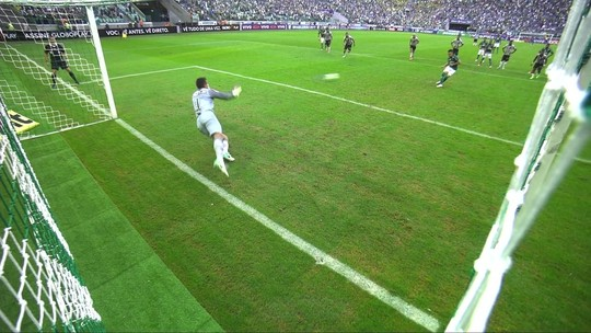 Victor repete a dose contra Willian, ex-Cruzeiro, e defende 11º pênalti pelo Galo
