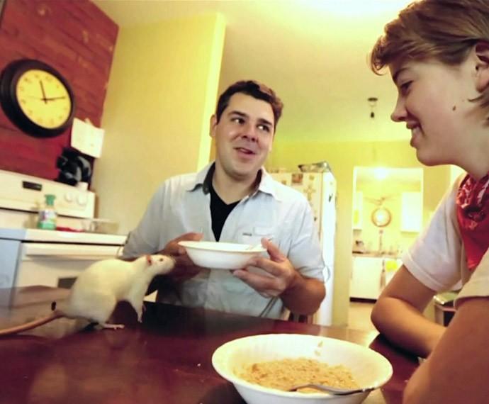 O biólogo João Paulo conversa com a canadense (Foto: TV Globo)