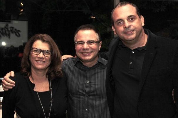 O autor Ricardo Linhares entre os diretores Denise Saraceni e Fabrício Mamberti, da novela Saramandaia (Foto: Miriam Paço/Globo)