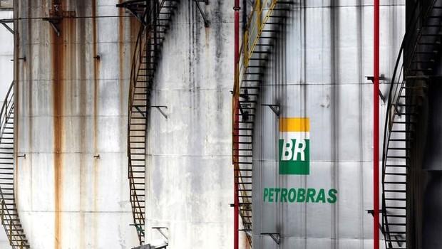 O logo da empresa estatal de petróleo Petrobras é fotografado em tanque em Cubatão, no Brasil (Foto: REUTERS/Paulo Whitaker)