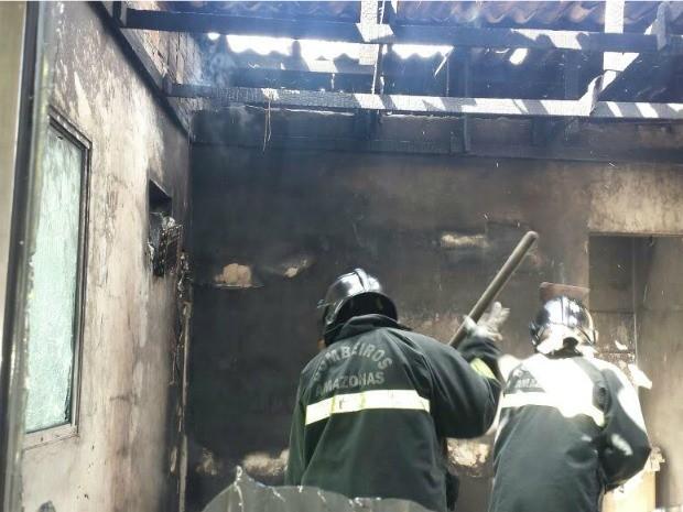 Casa teve perda total após incêndio neste domingo (Foto: Divulgação/Corpo de Bombeiros)