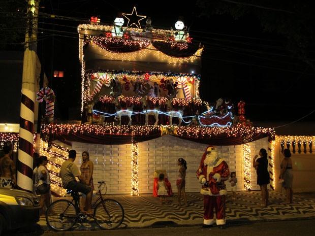 Decoração inclui papais noéis, renas, trenó, estrelas, bonecos de neve, luzes, laser, bolinhas de sabão e música (Foto: Anna Gabriela Ribeiro/G1)