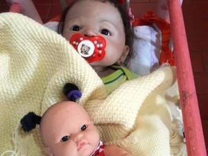 À noite, idosa coloca bonecos 'para dormir' (Foto: Luciana Furlan/Arquivo pessoal)
