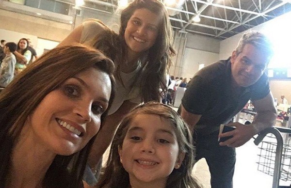 Flávia com Otaviano, Giulia e Olivia no aeroporto (Foto: Reprodução/Instagram)