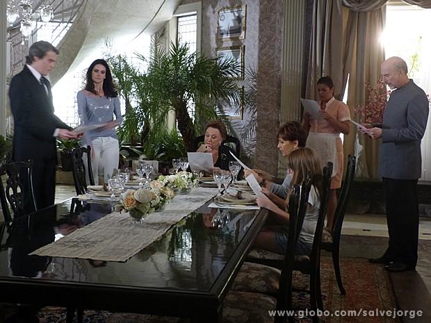 Amanda entrega carta da mãe de Carlos que revela que ele não é um Flores Galvão (Foto: Salve Jorge/TV Globo)