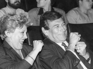 O casal de atores Nicette Bruno e Paulo Goulart durante apresentação da peça 'Cabaret', em São Paulo, em 1989. (Foto: FERNANDO ARELLANO/AGÊNCIA ESTADO)