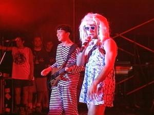 Dinho usava perucas e diferentes roupas e acessórios nos shows (Foto: Reprodução/RBS TV)
