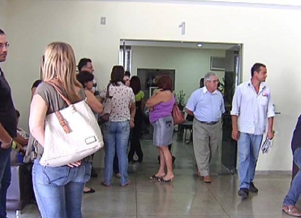 No enterro, parentes e amigos se despediram (Foto: Reprodução / TV Tem)