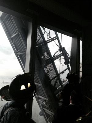Bombeiros iniciam o resgate dos funcionários a partir do 68º andar do One World Trade  (Foto: Reprodução/Twitter/FDNY)