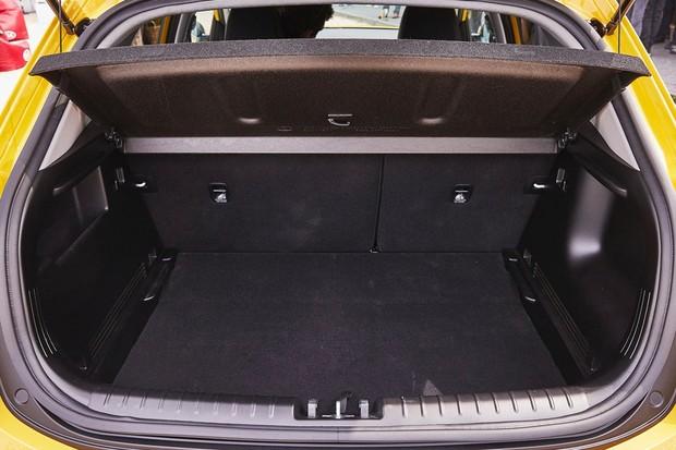 Por sua vez, o porta-malas de 352 litros é pequeno para o segmento (Foto: Divulgação)