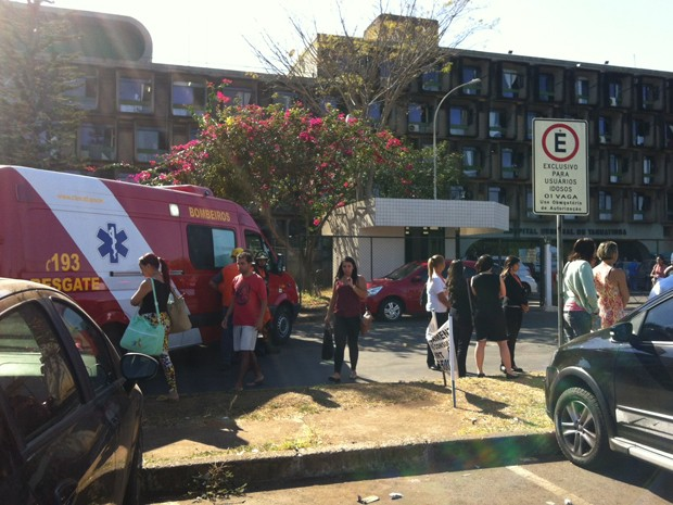 Viaturas do Corpo de Bombeiros encaminhadas ao Hospital Regional de Taguatinga, no Distrito Federal, após suspeita de vazamento de gás (Foto: Isabella Formiga/G1)