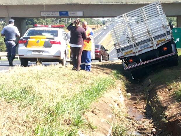 Motorista ficou ferido e trânsito na SP-310, em São Carlos, não ficou prejudicado com o acidente (Foto: Fábio de Souza/EPTV)