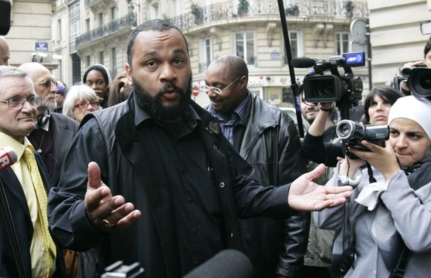 O comediante francês Dieudonné M'Bala M'Bala. O governo da França tenta proibir apresentações do humorista, acusado de antissemitismo e apologia ao nazismo (Foto: Remy de la Mauviniere/AP)