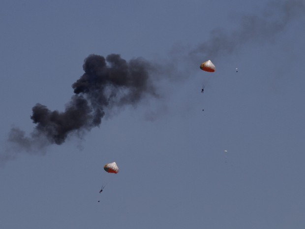 Pilotos conseguiram se ejetar (Foto: Ow Eng Tiong/AP)