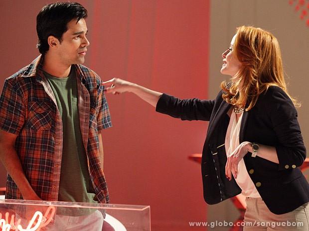Lara diz a Filipinho que Peixinho está de olho nele (Foto: Sangue Bom / TV Globo)
