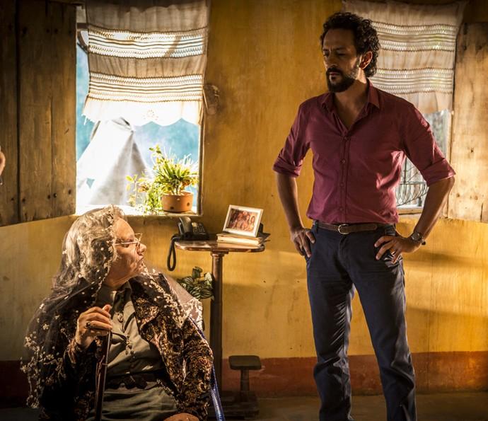 Encarnação fica nervosa com as palavras de Carlos (Foto: Inácio Moraes/Gshow)