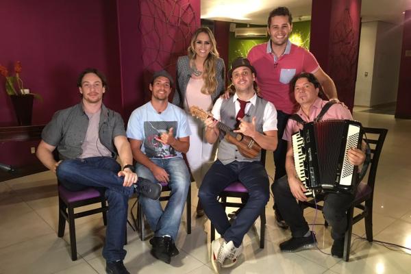 Pedro Leonardo e Aline Lima entrevistam os músicos do Falamansa (Foto: Divulgação EPTV)