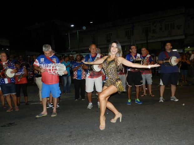 Tânia Oliveira em ensaio de rua da União da Ilha no Rio (Foto: Divulgação)