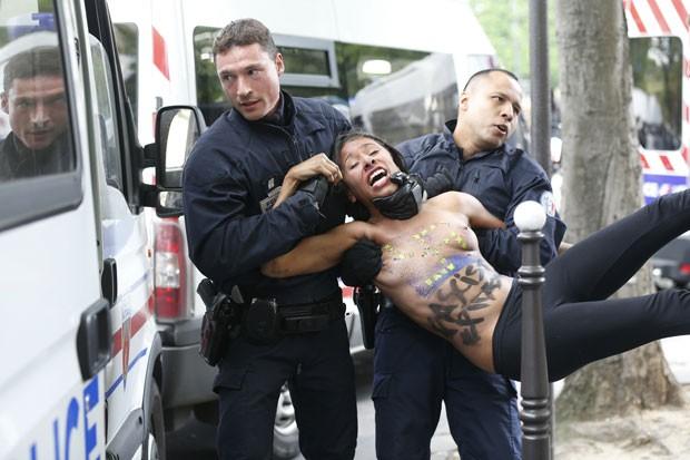 Ativista do Femen é presa pela polícia durante protesto em Paris (Foto: Thomas Samson/AFP)
