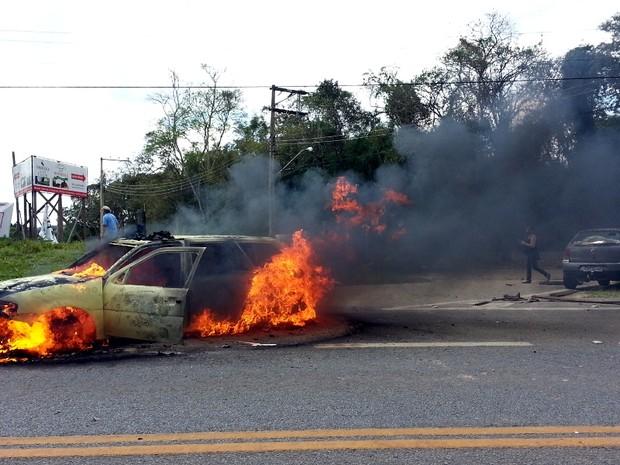 Mascarados atearam fogo à viatura da PM e a veículos da imprensa (Foto: Geraldo Jr. / G1)