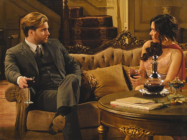 Edgar teme que a filha Melissa presencie encontros de Catarina (Foto: Lado a Lado / TV Globo)