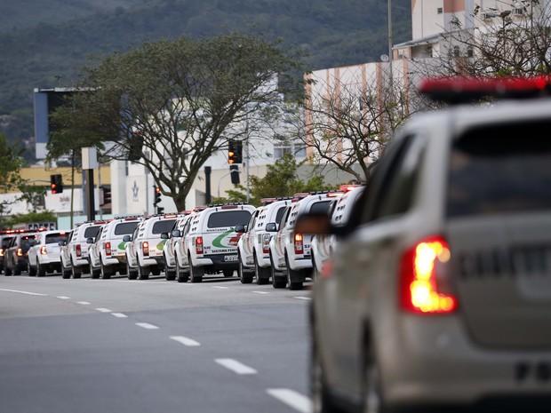Presos foram transferidos no início da manhã deste sábado (4) (Foto: Guto Kuerten/Agência RBS )