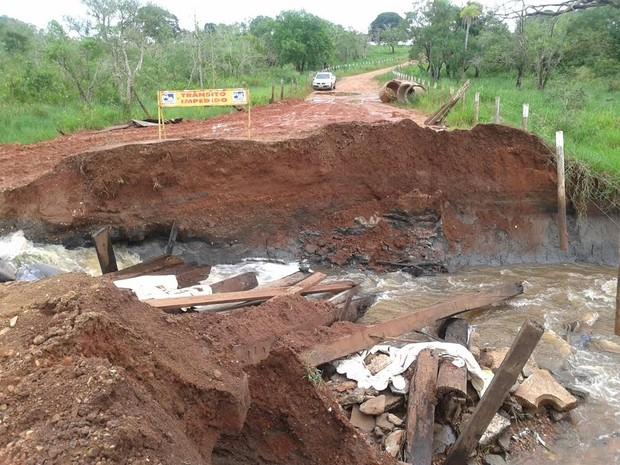 Uma das pontes que liga área urbana à rural foi levada pela correnteza (Foto: Dival Willemann/ Arquivo Pessoal)