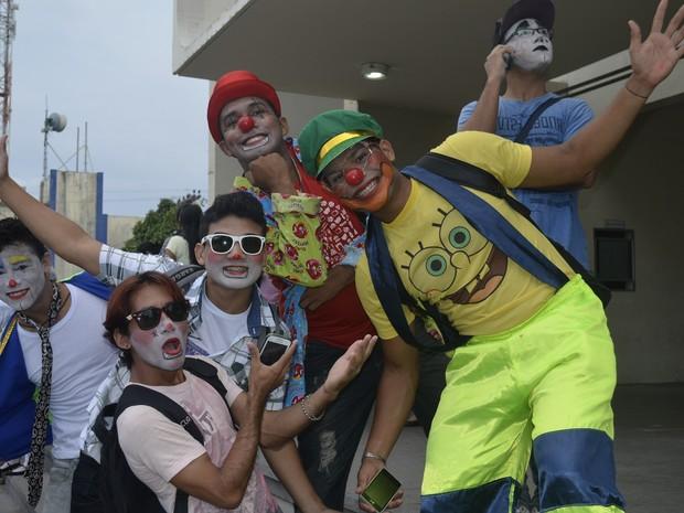 Concentração da Palhaceata foi nas escadarias do Teatro das Bacabeiras (Foto: Dyepeson Martins/G1)