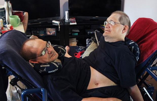 Donnie, esquerda, e Ronnie Galyon em sua casa em Ohio, no dia 2 de julho (Foto: AP)
