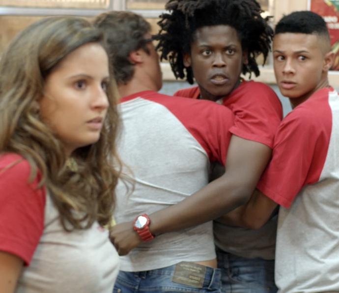 A galera precisa segurar Beto para não dar confusão (Foto: TV Globo)