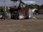 Lixo se acumula nas ruas e causa mau cheiro em bairros de Goiânia