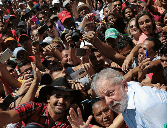 Caravana do Ex presidente Lula para na cidade de Marcolandia, simpatizantes aguardavam na estrada  (Foto:  Adriano Machado/ÉPOCA)