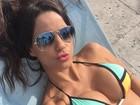 Carol Dias manda beijo para os fãs na web e fã responde: 'Muito gostosa'