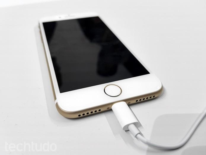 iPhone 7 dourado conectado ao cabo Lightning (Foto: Thássius Veloso/TechTudo)