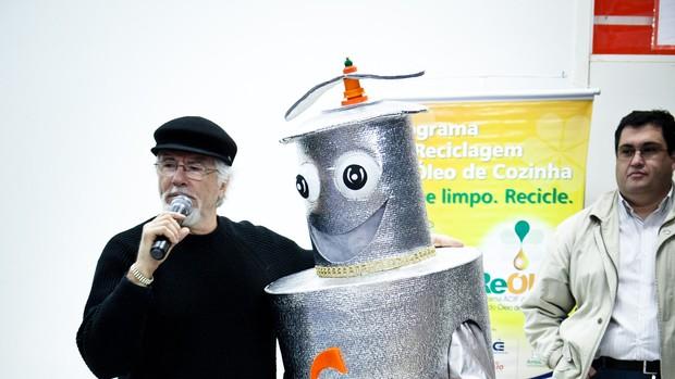 Além de recolher o óleo, Acif realiza palestra em escolas (Foto: Divulgação/ACIF)