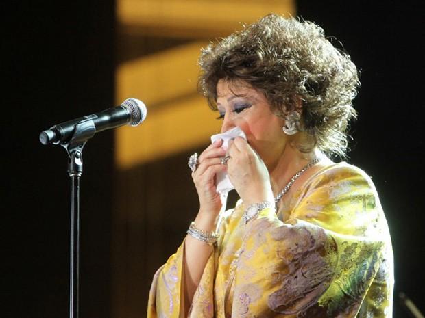 Warda se emociona durante seu último show, em setembro do ano passado, em Beirute (Foto: AFP)