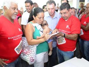 Secretário Miguel (à esquerda) participa da inauguração do banco Mumbuca (Foto: Divulgação/Prefeitura de Maricá)