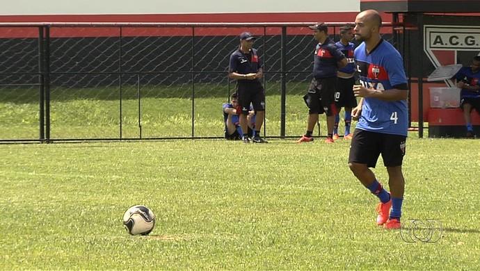 Romário, lateral do Atlético-GO (Foto: Reprodução/TV Anhanguera)