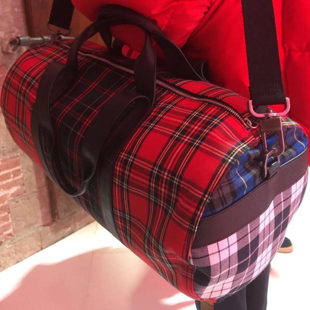 Nem os acessórios fogem: a sports bag escocesa de Tommy Hilfiger (Foto: Fabrizio Rollo)