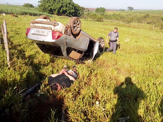 Suspeito capotou veículo enquanto fugia de policiais em estrada de terra (Foto: Divulgação / Polícia Rodoviária )