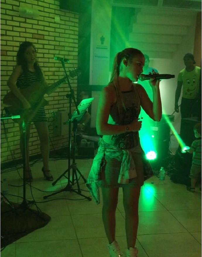 Denise cantando em Verê (Foto: Arquivo pessoal)