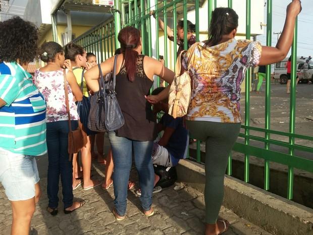 Familiares de presos feridos em rebelião buscam de informação na frente do HUT (Foto: Ellyo Teixeira/G1)