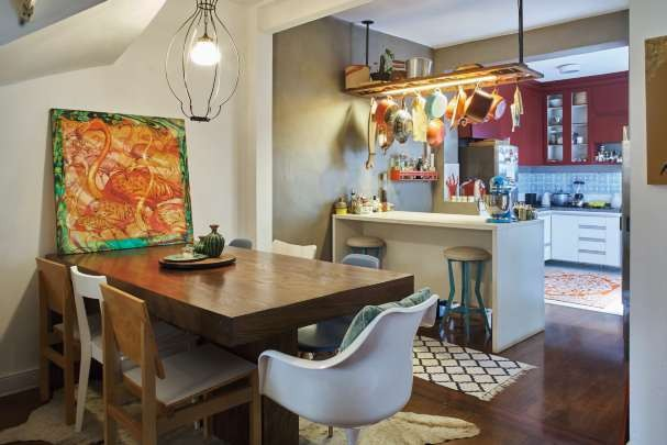 """Truque express para deixar  a sala de jantar mais cool? Descombinar as cadeiras! """"Estou em uma fase madeira porque meu namorado, Cassiano Bonjardim, é arquiteto e tem uma marcenaria, a Studio Flecha"""" (Foto: Victor Affaro)"""