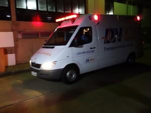 Ambulância deslocou Netinho do Hospital Aliança até o Aeroporto de Salvador, na Bahia (Foto: Imagem/G1 BA)