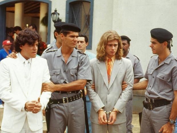 João Marcos (Felipe Camargo) e Xampu (João Vitti) são presos acusados de um assassinato (Foto: CEDOC/TV Globo)