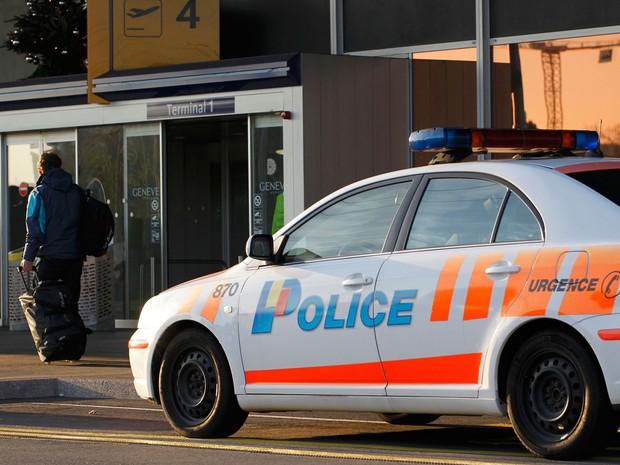 Carro da polícia estacionado fora do aeroporto de Cointrin, em Genebra, na Suíça, na quinta-feira (10) (Foto: Pierre Albouy/ Reuters)