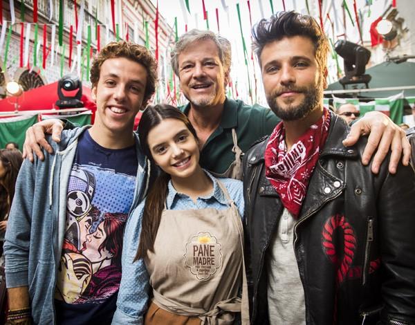 Giovanna caracterizada como Milena com João Cortês, Marcello Novaes e Bruno Gagliasso (Foto: Divulgação/TVGlobo)