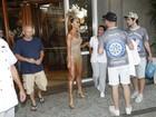 Sabrina Sato deixa hotel no Rio com look ousado para ensaio na Sapucaí