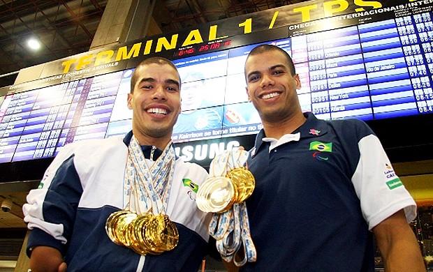 Daniel Dias e André Brasil desembarque Mundial Paraolímpico (Foto: Beto Monteiro / CPB)